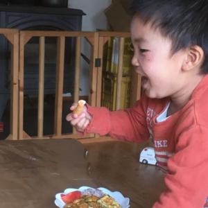人参を食べる子ども
